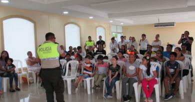 ljPaquito1 390x205 - Paquito policía visita a niños de La Joya