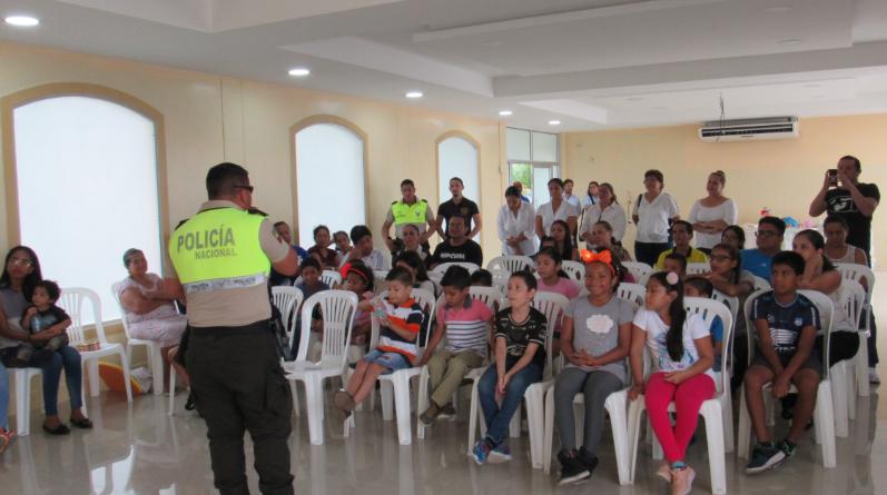 ljPaquito1 797x445 - Paquito policía visita a niños de La Joya